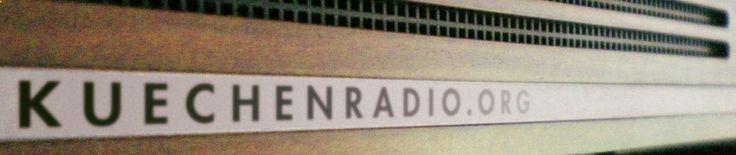 KR349 Neujahrs-Duo | Kchenradio | Cindy und Onkel Andi senden aus dem Haus des Wiener Musikvereins vom Neujahrskonzert der Philharmoniker. Die Gardorbenfrau bringt Kanapees. In der Loge darf geraucht werden. Es kommen alte Wiener Bekannte vorbei und der geheimnisvolle Dr. T. Viele Fragen werden gestellt und wenige beantwortet: Wer sind die Diplomaten im Publikum, die Onkel Andi und Cindy angeblich wieder erkennen? Welches Geheimnis verschweigt Dr. T.?