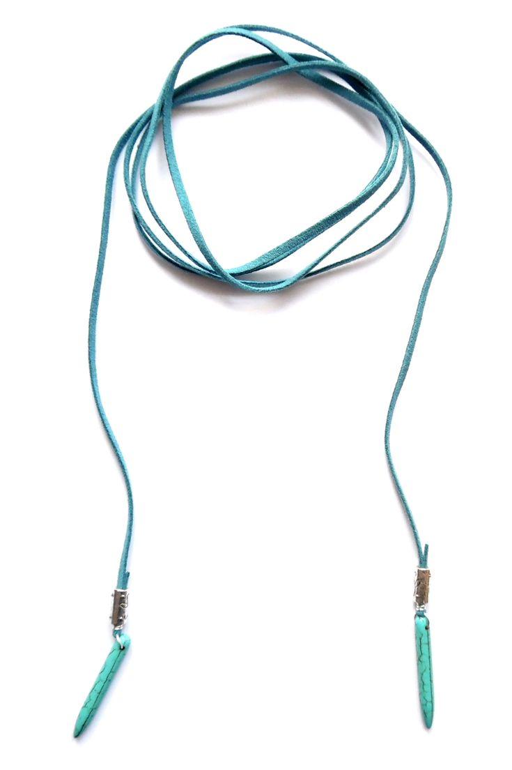 Wrap halsband i turkos mocka med spikes av howlite. Halsbandet går att bära på flera sätt.  Längd: ca 150cm lång och passar att vira 1-2 varv runt halsen.