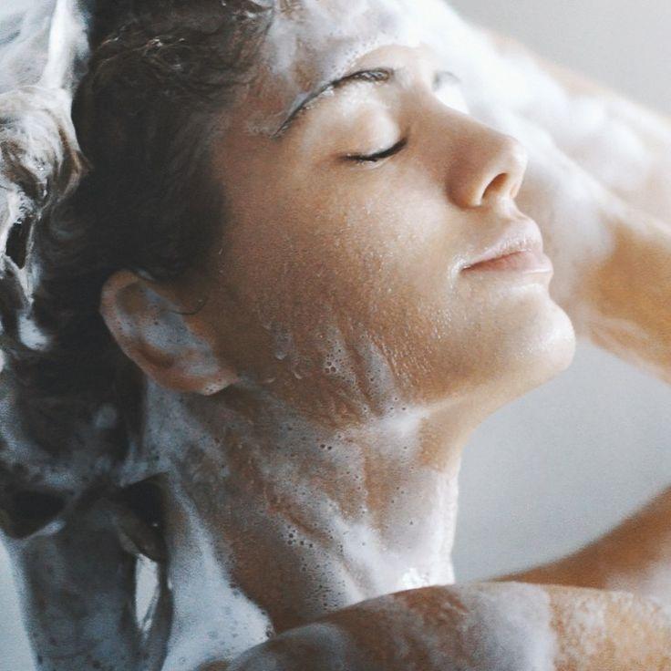 Das Haarewaschen-Einmaleins für alle, die immer noch denken, man könnte dabei nichts falsch machen.