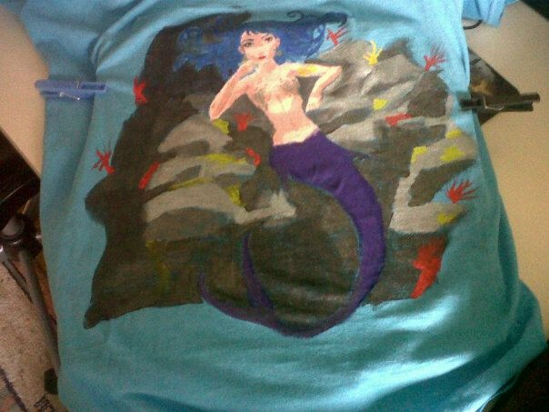 camiseta pintada a mano alzada