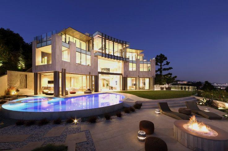 """Uma das suntuosas casas projetadas pelo arquiteto Richard Landry tem um """"rooftop"""" para festas, além de piscina redonda e lareira ao ar livre"""