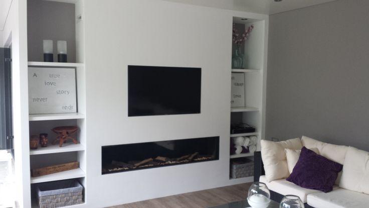 De inbouw gashaard Ortal Clear 130 afgebouwd met boven de haard een nis voor de TV.