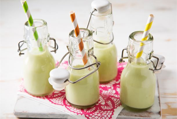 Avocadojuoma Maukas juoma avokadon ja jogurtin ystäville. Raikkauden juomaan tuo pirteä kevään ja kesän kausimakumehu, jossa on hitunen minttua. http://www.valio.fi/reseptit/avokadojuoma/ #resepti #ruoka