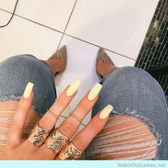 Love Kylie Jenner pale yellow coffin nails and ripped jeans - watchoutladies.net