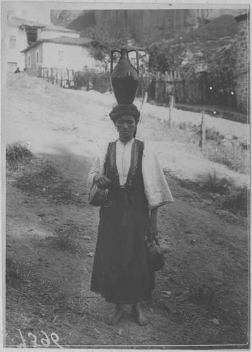 Opérateur K (code armée, photographe) Grèce ; Thessalie ; Trikala ; Kalambaka; Monastères des Météores Les Français au Monastère des Météores (juin - juillet 1917). Femme grecque portant une cruche Date prise vue 1917