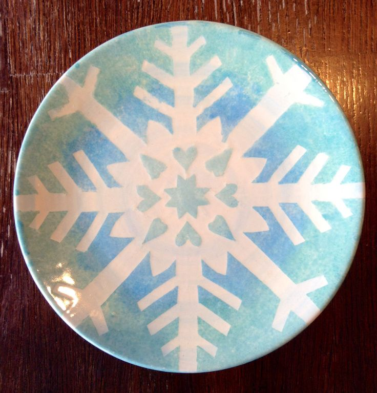 How amazing is this sponged snowflake plate?! #thepaintedpeacock…