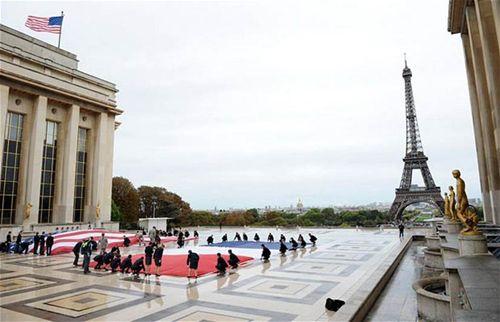 Le drapeau américain, Place du Trocadéro, Paris (DOS photo)