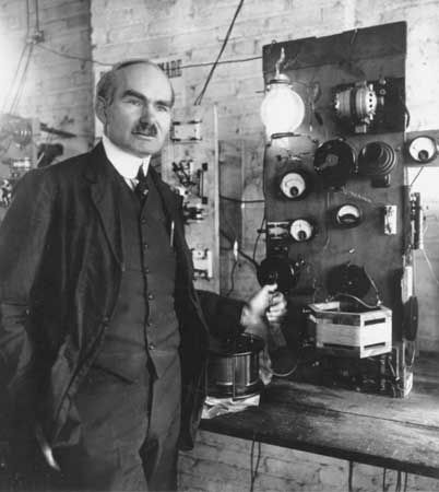 a biography of lee de forest the american inventor of audion vacuum tube Triode audion from 1908 (the 1906 audion was a 2-element device with the signal applied to a wire wrapped around the glass envelope) the audion was an electronic amplifying vacuum tube.