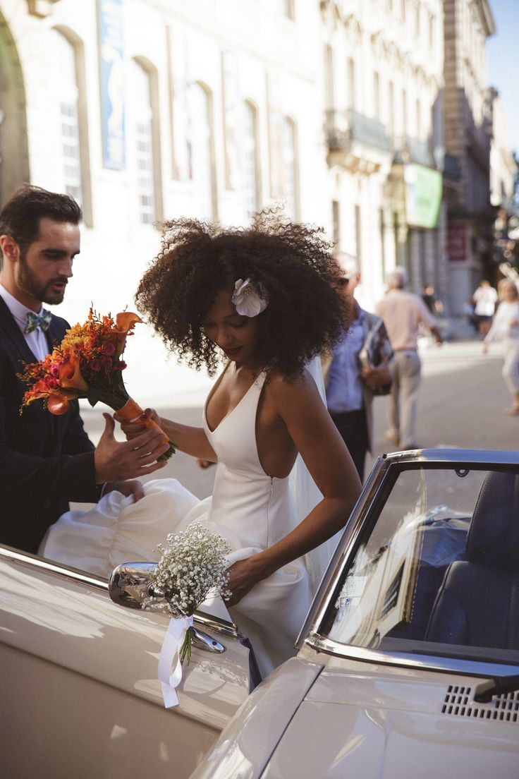 mercredie-blog-fashion-beauty-wedding-mariage-groom-outfit-inspiration-advice-natural-3c-afro-big-hair-nappy-curly-curls-veil-chapel-delphine-manivet-tulio-dress-robe-de-mariee-cheveux-frises-naturels-decoration-flowers-theme-light-floral-flowers-candles-d-day-cute-bow-tie-car-church-just-married