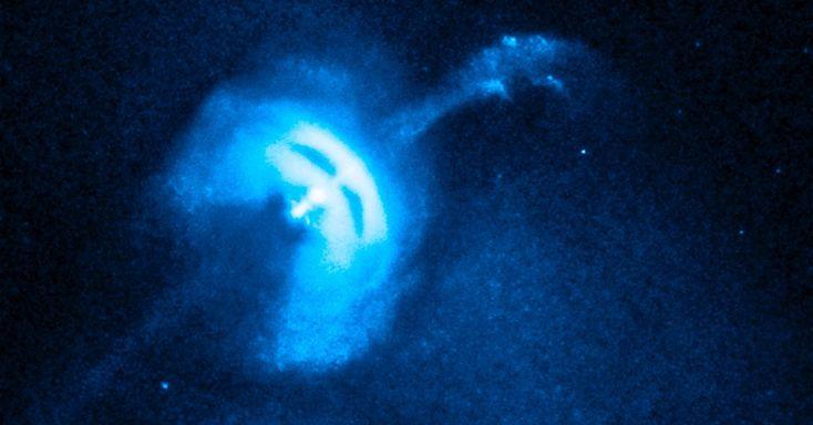 Pulsar Vela, uma estrela de nêutrons muito pequena e densa, em alta rotação expele partículas em imagem do Observatório Chandra de raio X, da Nasa (Agência Espacial Norte-Americana). O vídeo faz parte de um estudo para desvendar mistérios de uma das matérias mais densas do Universo. A pulsar Vela foi formada quando uma estrela massiva colapsou e está a 1.000 anos-luz da Terra. Ela tem cerca de 19 quilômetros de diâmetro, faz 11 rotações completas cada segundo e lança partículas carregadas a…