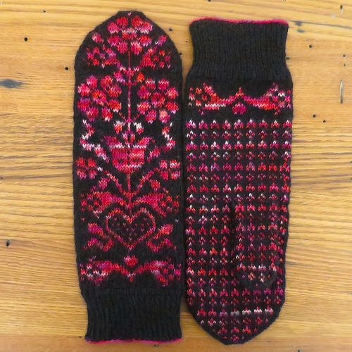 Free mitten pattern with beautiful chart
