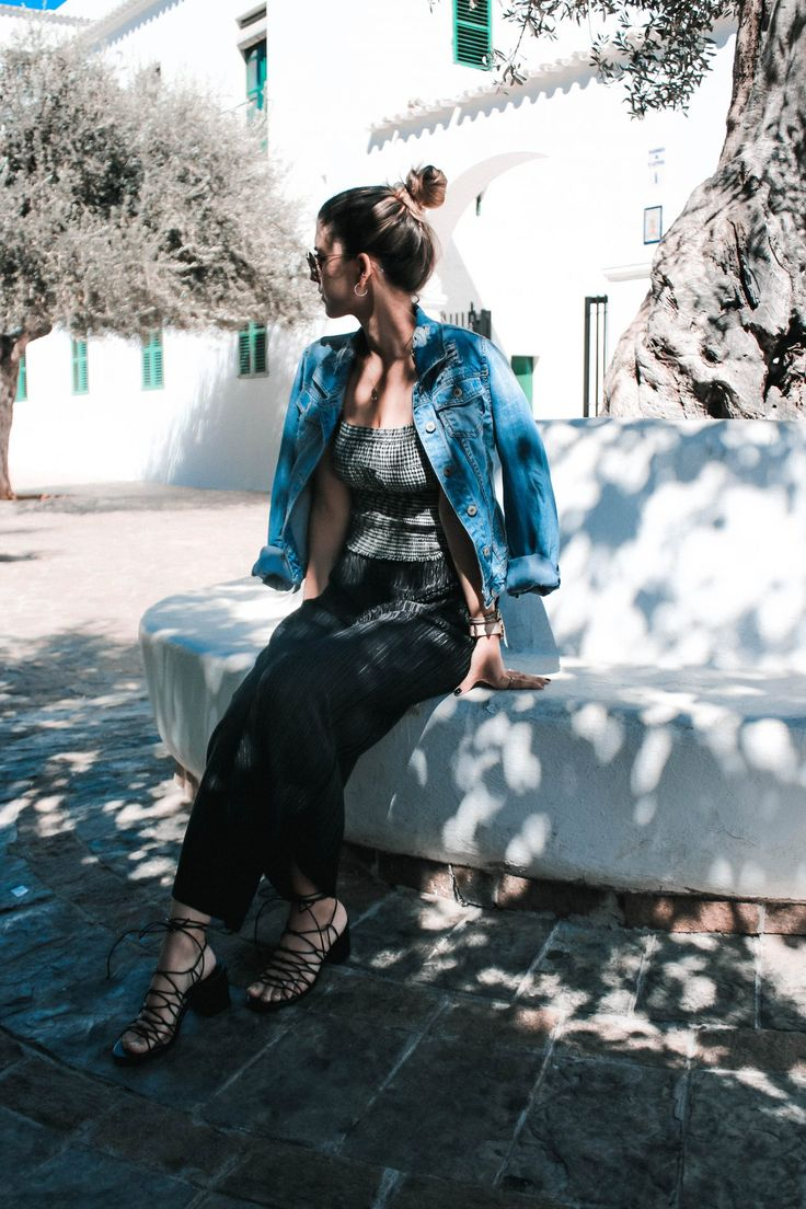 Ein Ibiza inspirierter Look inklusive einem Mega Trend 2017: Karo!  Look, Outfit, Fashion Blog, Modeblog, Outfit Blog, Streetstyle, Outfit Blog, Modeblog, Fashion Blog, Fashion Blogger, Black and White, Karo, Check, Fall Trend, Herbst Trend