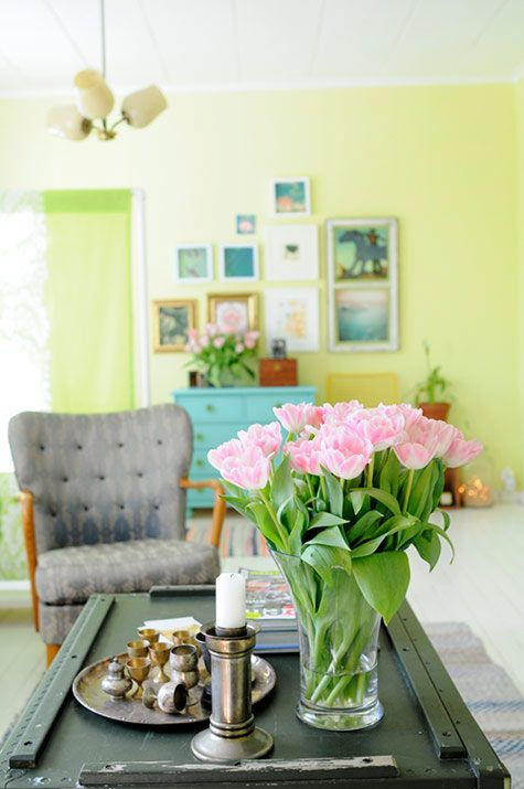 pink flowers, good. grey furniture, good. yellow walls, really good.