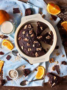 Espectacular versión ligera de un brownie de chocolate, del blog JALEO EN LA COCINA. No lleva ni azúcar ni mantequilla, pero sí naranja y avena.