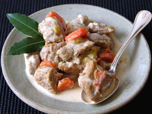 oeuf, crême fraîche, blanquette de veau, farine, champignon, oignon, cube de bouillon, cube de bouillon, jus de citron, vin blanc, carotte