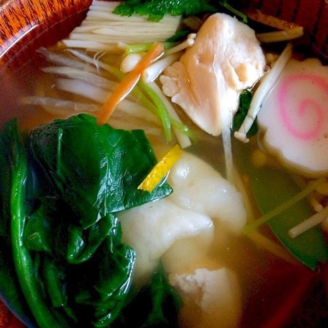 長野県ですが、昆布、鰹節と鶏ガラの吸い物仕立て。 長野県は広いので県内でも東西南北、味が違うとのこと。 本当、お雑煮だけで『ケンミンshow』が1本出来るのではないかと思うほど、実に興味深い。  ちなみに、横浜の実家も醤油ベースのお吸い物仕立て。 - 146件のもぐもぐ - お雑煮 by furyu