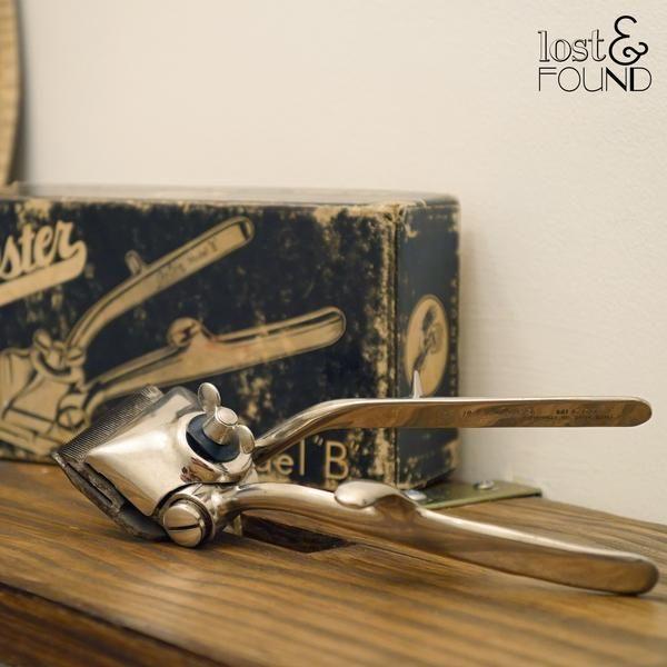 Antigua máquina de cortar pelo marca Oster, de los años 1940-50´s, en su caja original. Metálica, 17.5 cms de largo.   La máquina de cortar pelo manual fue inventada por Nikola Bizumic, un inventor serbio, a mediados de los 1800´s. Esta pieza con tanta personalidad funciona a mano, a diferencia de las máquinas eléctricas actuales.
