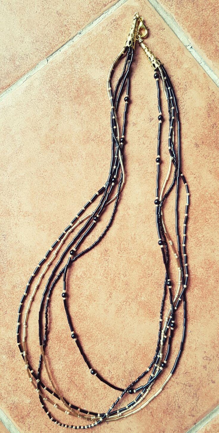 Collar de multicapas con mostacillas negras y doradas