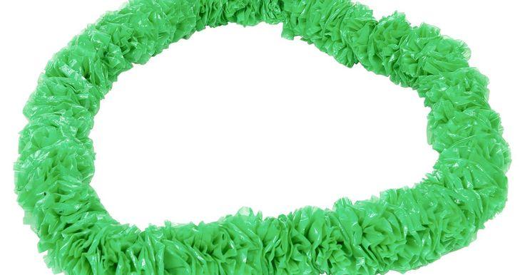 Como fazer um colar de flores de plástico. Faça esses colares de flores de plástico fáceis para dar boas vindas calorosas ao seu luau havaiano ou festa na praia. Esse elemento barato adicionado à decoração de uma festa é feito de sacolas plásticas recicladas e podem ser feitas facilmente por um artesão iniciante ou por uma criança. Faça muitos colares de flores como lembranças de festa ...