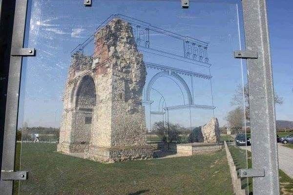 Restituzione prospettica فكرة جميلة ولكن بدلا من ااستخدام فقط الخطوط من الممكن استخدام مواد مختلفة  لإظهار أعمال الترميم بشكل مختلف عن الاصل