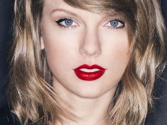 Fans de Friends dejen de hacer lo que están haciendo y vean a Taylor Swift cantando 'Smelly Cat' con Phoebe en el escenario.Yessss! @taylorswift13 is singing #SmellyCat with Phoebe (aka Lisa Kudrow) #Friends pic.twitter.com/LdRwx9lBaN