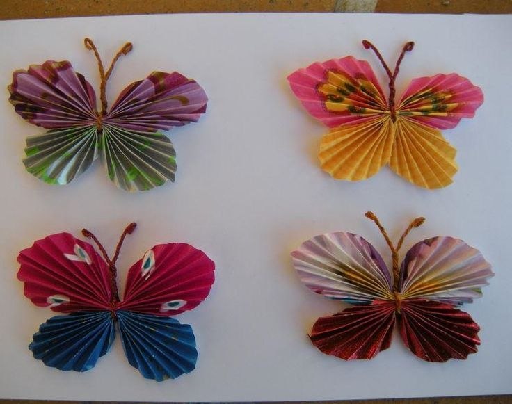 Auf folgende Seite erkennen Sie, wie kann man ganz einfach solche wunderschöne Schmetterlinge aus Papier falten. Die Anleitung ist auch dabei.