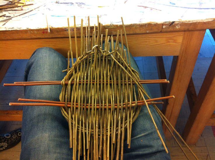 1: Den første dag i forløbet kom Marianne Mortensen, som er profession pilefletter. Marianne introducerede os til de grundlæggende teknikker hvis man skal lave en bund, eller i dette tilfælde en bakke med hank.  Først lavede vi en ring, hvorefter vi lagde 2 x 2 pil/vedjer på den ene led og derefter flettede vedjerne på den anden led, til bunden var fyldt ud.
