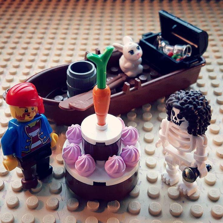 Kapten Träben och 3:styrman Håriga Benrangel funderar på om man ska äta morotsblasten också på morotstårtan. #lego #pirat #morot #morotstårta by johan_finndahl