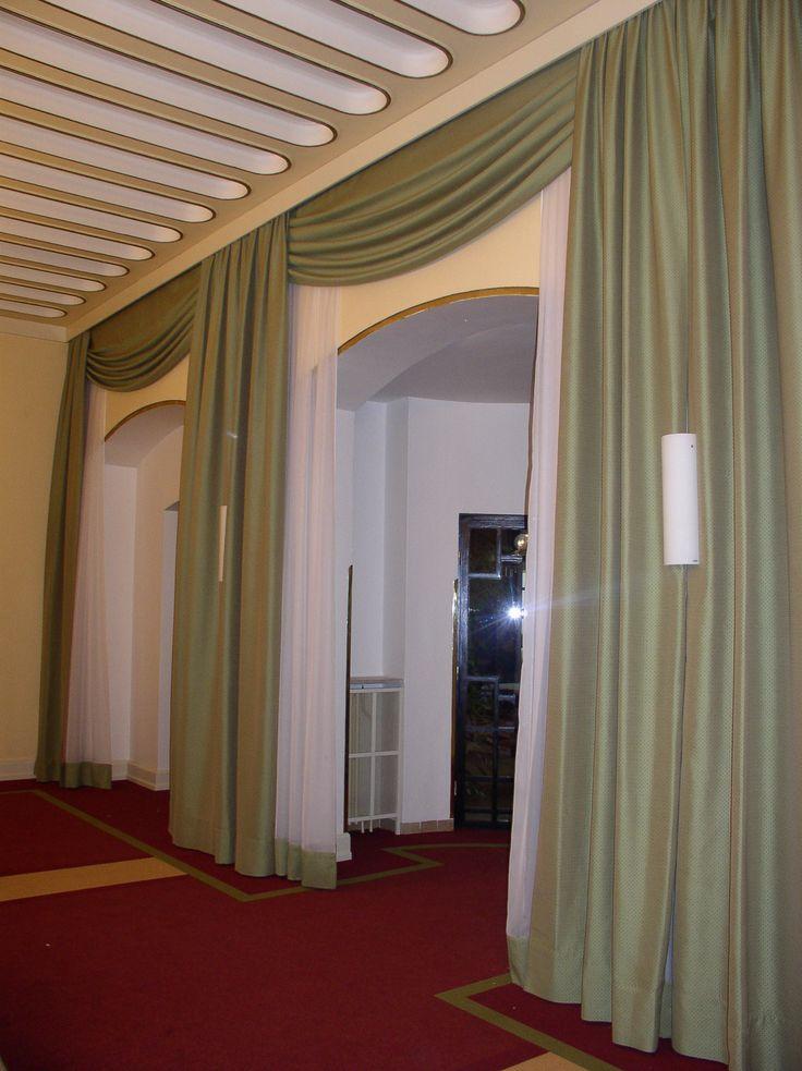 ozdobné závěsy v hotelové hale #zelená #závěsy #hotel
