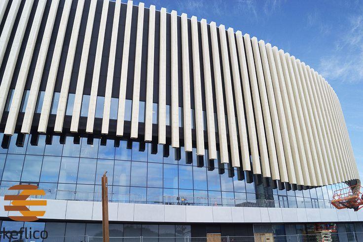 Keflico A/S har, som dansk forhandler af og specialist i Accoya, været rådgiver omkring arenaens facade, der står skarpt med sine intet mindre end 234 enorme Accoya-finner. Lige fra test- til udførelsesfasen af det kæmpe projekt. Foto: Keflico A/S.