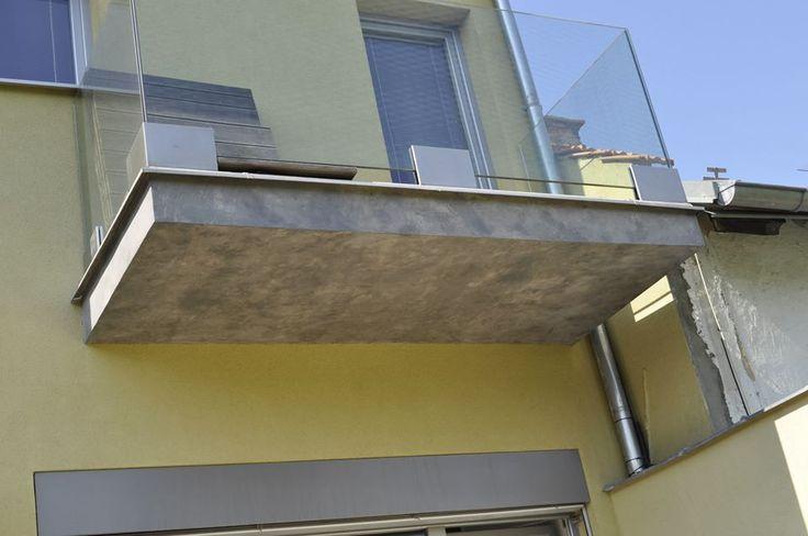 Cementová stěrka MicroBond aplikovaná na balkónech rodinného domu. Více na: http://www.izolace-ecobeton.cz/cementove-sterky/