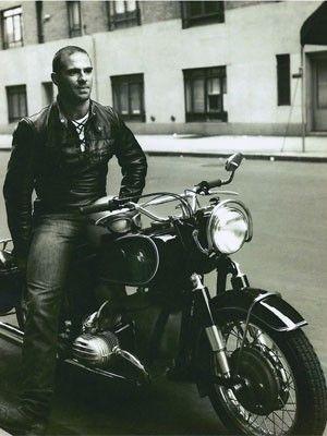 O neurocientista e escritor Oliver Sacks em foto quando jovem, em Londres (Foto: Divulgação/Site oficial)