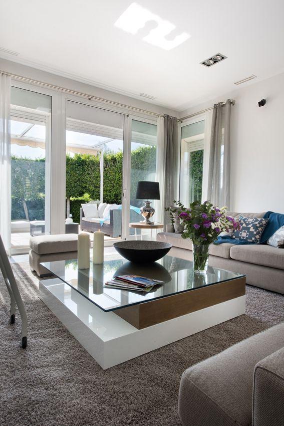 Salón con mucha luz natural y pureza de lineas. Combinación perfecta de colores vivos, trabajados sobre una base neutra y sobria.
