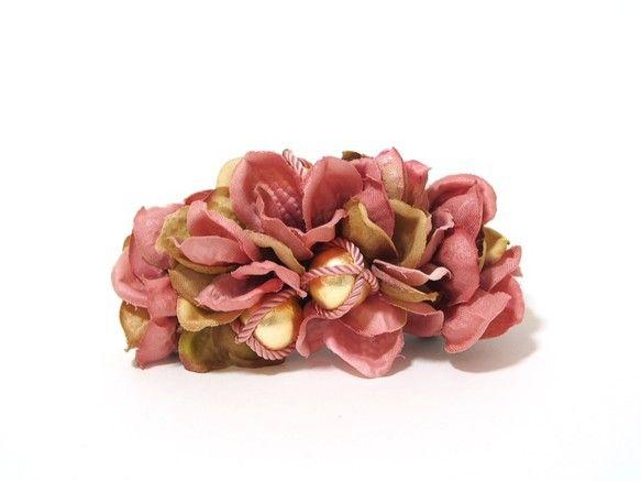 アジサイとロープパールのバレッタ造花、ロープパール(handmade)、牛革 を使用しております。長く使っていだだけるよう、細部まで注意して制作しております。...|ハンドメイド、手作り、手仕事品の通販・販売・購入ならCreema。