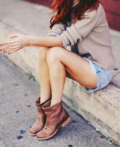 Short en jean clair destrop + bottines plates caramel + pull beige col roulé