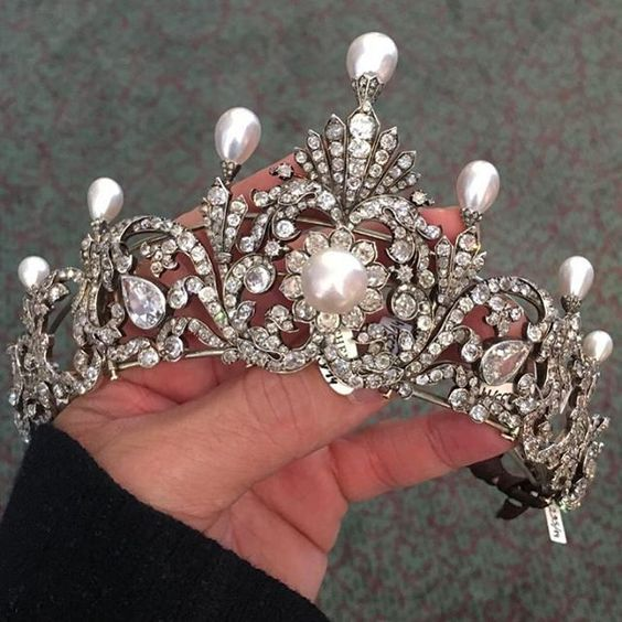 a great close up of the Garrad diamond and pearl tiara auctioned by Sotheby's... twice