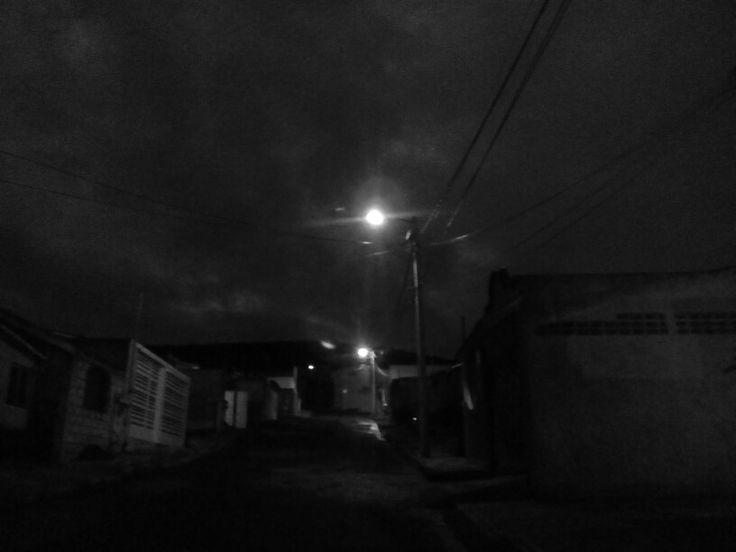 Una calle solitaria , una noche , solo 3 luces en la calle , la soledad gotica mas hermosa que se puede pedir