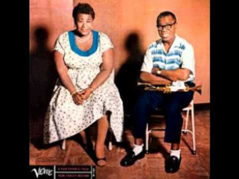 """Ella Fitzgerald, nació el 25 de abril de 1917 en Newport New (Virginia) y musicalmente comenzó su andadura cuando el 21 de noviembre de 1934, animada por su madre, se presenta a concursar como bailarina en el célebre concurso """"Amateur Night Show"""" que semanalmente organizaba el Theatre Apollo de Harlem. cuando le toca salir a escena, paralizada por el miedo, opta por ponerse a cantar,  http://www.apoloybaco.com/jazz/index.php?option=com_content=article=1953=89"""