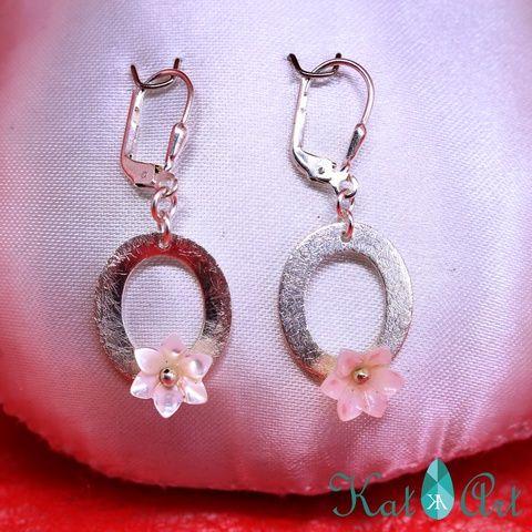 Earrings with mother of pearl lily  Fülbeval-ó gyöngyház liliomokkal (aKatArt) - Meska.hu