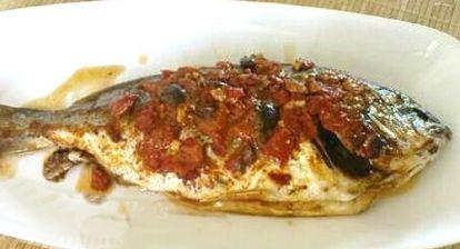 Τσιπούρες με ντομάτα προτιμάμε να δώσουμε στα παιδιά γιατί είναι ένα ψάρι με φώσφορο που περιέχει βιταμίνες και άλλα ιχνοστοιχεία.
