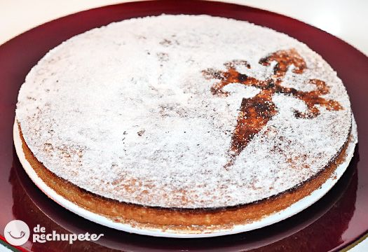 Tarta Compostelana: Almendras, azúcar y huevos, todos ellos a partes iguales. Un gran postre gallego, si te gusta la almendra, está es tu tarta, deliciosa.
