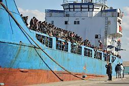 Das Geisterschiff Sandy rettete die italienische Küstenwache Anfang Dezember 2014. 580 Bootsflüchtlinge, vorwiegend aus Syrien, waren an Bord.