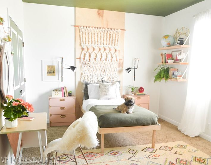 Love this teenage girls bedroom makeover! So many of the elements are DIY!