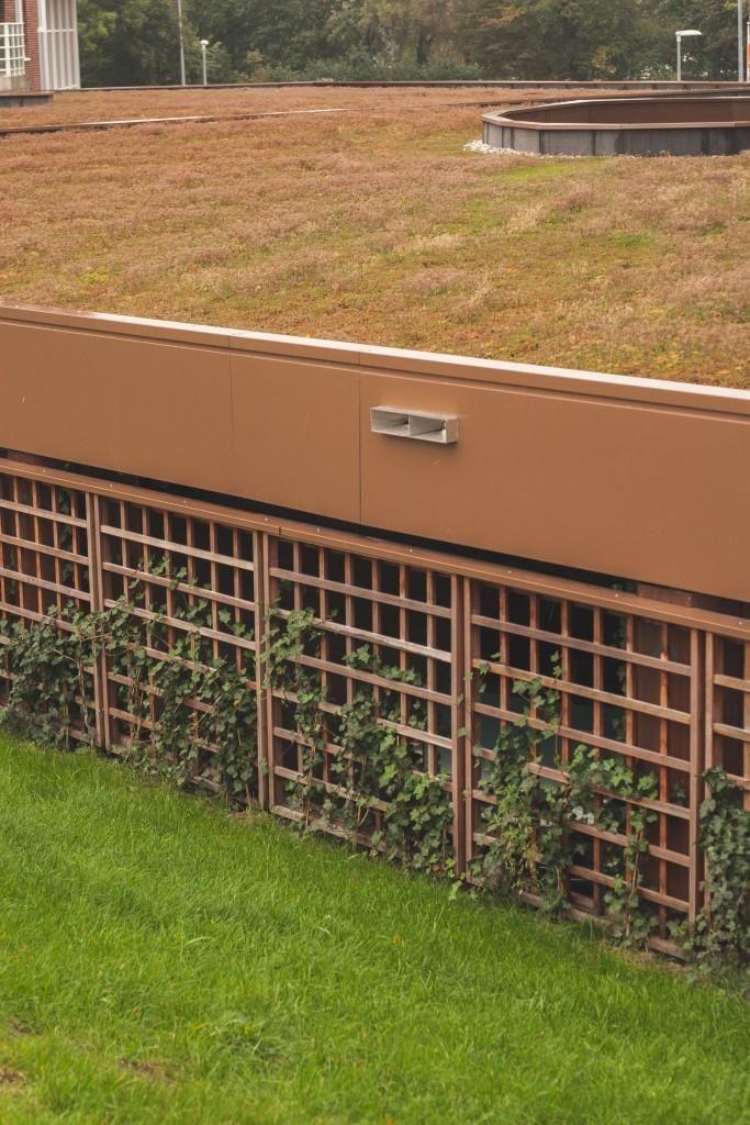 NuBuiten Project // Bij dit appartementencomplex is de parkeergarage met hardhouten trellis schermen betimmert.