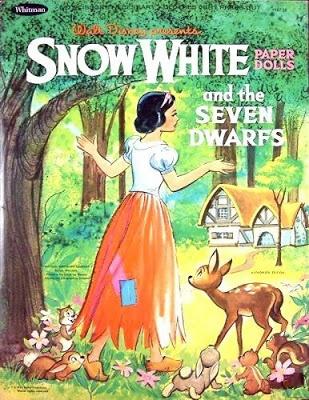 un ensemble peu courant : tous les personnages de Blanche-Neige (les nains, mais aussi le Prince et la méchante reine...) et leurs vêtements...