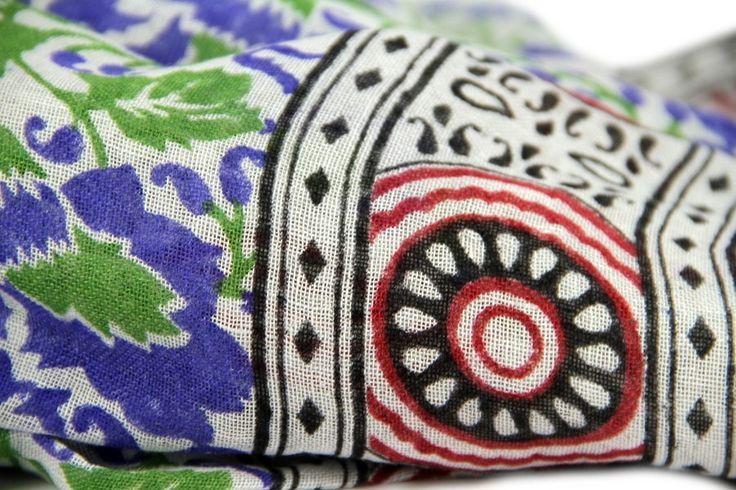 01756898bc2b Ave ces couleurs vives et sa jolie frise élégante et colorée, cette écharpe  en lin