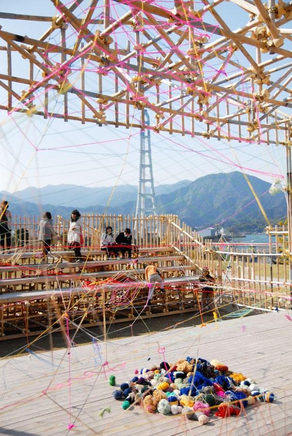 「アトリエここから」のノマレイコ先生と、ステキ工房オワセの2軒となりの「アトリエ37」の大西佐奈先生のワークショップ「毛糸でアート」    現在熊野古道センターに設置されている日比野克彦さんの作品[But-a-I]とコラボレーションして、参加者全員で毛糸を使ったインスタレーションをしましょうという企画。