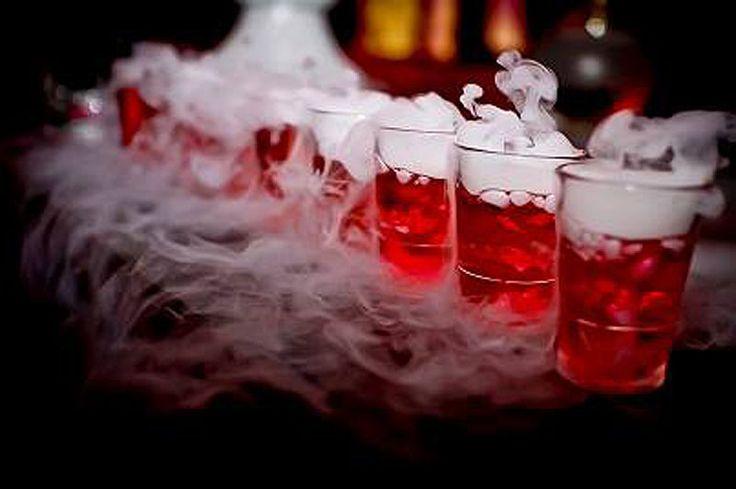 Drinki na wesele z suchym lodem podawane są często w zależności od gustów gości. Niektórzy goście bawiący się na weselu wolą mocniejsze trunki a inni w formie drinka, dlatego też inną atrakcją wesela mogą być dymiące drinki z suchym lodem. Zalecamy jednak, aby do drinków zakupić mieszadełka Mistystix, do których wkładany jest suchy lód. Połknięcie suchego lodu może skutkować poparzeniem przełyku => https://www.facebook.com/suchyloddryicezone/posts/1549657098432152:0