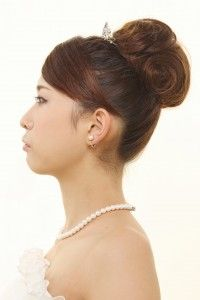顔まわりがすっきりし清潔感のあるスタイル ウェディングドレス・カラードレスに合う〜お団子の花嫁衣装の髪型一覧〜