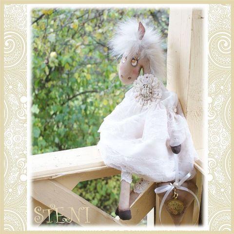 Винтажная лошадка, символ 2014 года, с легким ароматом кофе и корицы. Текстильная авторская лошадка украсит ваш интерьер к новогоднему празднику и будет оригинальным запоминающимся подарком .Сидит с опорой. Сзади есть петелька, за которую можно повесить игрушку на стену.Выполнена по авторской выкройке!рост 47 см******************************СДЕЛАЮ НА ЗАКАЗ.срок исполнения заказа 3 дняЗаказать куклу